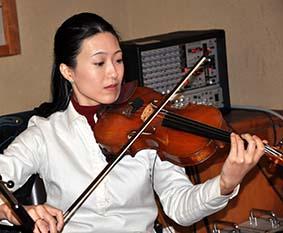 yoko-playing-on-a-violine